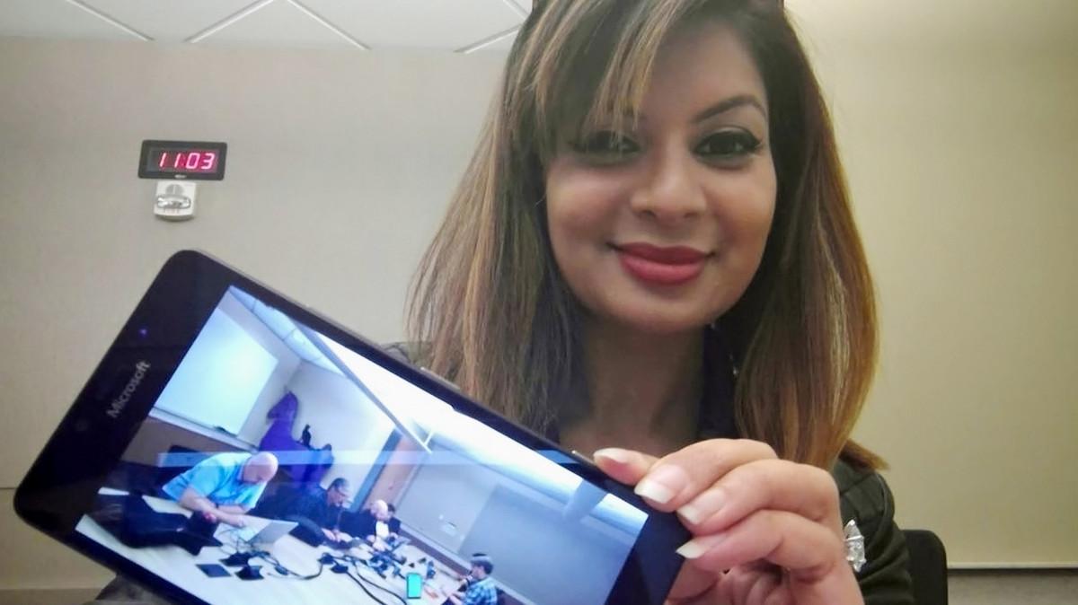Dona Sarkar admite estar usando smartphone misterioso mas NÃO é o Surface Phone